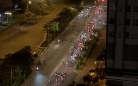 29日凌晨,數百名飆車徒聚集在阮友壽街上賽車。(圖源:視頻截圖)