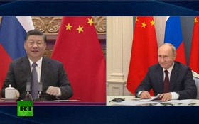 習近平和普京6月28日舉行視頻會晤。兩國元首發表聯合聲明,正式宣佈《中俄睦鄰友好合作條約》延期。 (今日俄羅斯電視台視頻截圖)