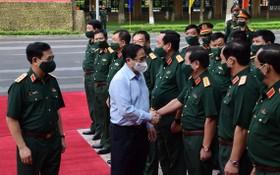 政府總理范明政與國防幹部交談。(圖源:VOV)