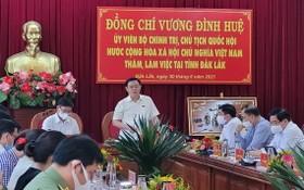 國會主席王廷惠(站)主持會議並發表講話。(圖源:范淮)
