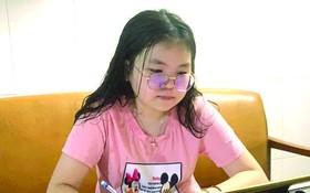 王友芝同學正線上上課。