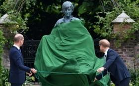 英國威廉王子(左)和弟弟哈里當地時間7月1日,為亡母戴安娜王妃的雕像揭幕。青銅像佇立在水池旁,是戴妃摟著兩個孩子的造型。(圖源:路透社)