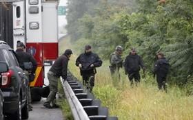 美國麻塞諸塞州韋克菲爾德(Wakefield)的州際公路7月3日發生對峙事件,警方加派人手到場戒備,最終事件和平解決。(圖源:AP)