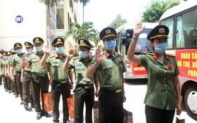 支援本市抗疫的199醫院志願醫護團隊上車前向親友揮手道別。(圖源:明莊)