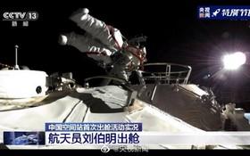中國航天員劉伯明首次出艙。(圖源:CCTV視頻截圖)
