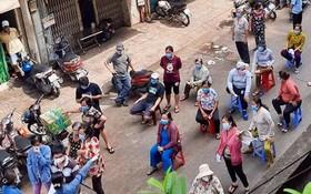 馮興街市的商販排隊核酸採樣。