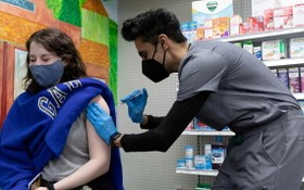 一名女性在美國賓夕法尼亞州當地一家藥房接種輝瑞新冠疫苗。(圖源:路透社)