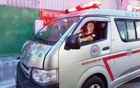 天理檢查救護車,為服務貧困病人整裝待發。
