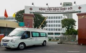 一輛救護車駛出市熱帶病醫院大門。(圖源:衛生部)