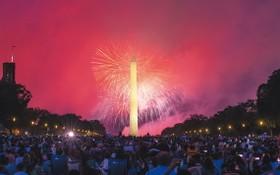 美國4日慶祝獨立紀念日,許多民眾在首都華盛頓國家廣場的草坪上觀看煙火表演。2日至4日這3天國慶假日,全美各地發生超過400起槍擊暴力案件,造成逾150人喪命。(圖源:新華社)