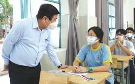 市人委會主席阮成鋒與考生交談。