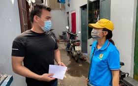 守德市勞動聯團主席阮氏紅絨前往被封鎖租房區探望工人。