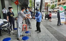 平仙公司員工發零元午餐給受疫情影響的勞動者。