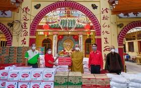 釋慧功上座轉交500份救濟物資予郡祖國陣線委員會及郡紅十字會。