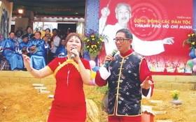瑞琪遠赴北部一民族村演唱。