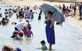 加州熱浪迫人市民湧到沙灘消暑。(圖源:AP)