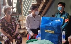 郡越南祖國陣線委員會主席黎晉才 (中)探訪華人民兵。