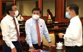 市人委會主席阮成鋒(中)擔任市新冠肺炎疫情防控指揮廳指揮長。(圖源: 紅江)