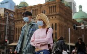 澳洲悉尼街頭上,人們外出時都戴上了口罩。(圖源:路透社)