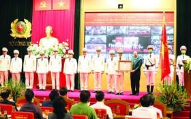 國家主席阮春福代表黨和國家領導向人民安寧力量頒授一等捍衛祖國勳章。(圖源:越通社)