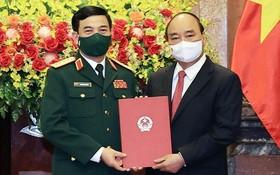 國家主席阮春福(右)向國防部部長潘文江上將授予大將軍銜。(圖源:越通社)