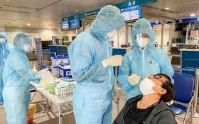 7月11日上午,一名乘客在新山一機場接受鼻拭子取樣測試。(圖源:風蘭)