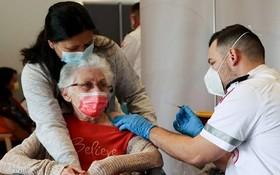 一名老大娘在接受新冠疫苗注射。(圖源:互聯網)