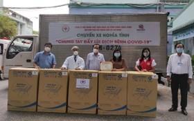 陳長山主席(左三)向5家醫院轉贈摺疊躺椅。