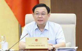 國會主席王廷惠主持會議並發言。(圖源:越通社)