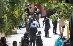 7月7日,海地總統莫伊茲於自宅遇刺身亡,警察和法醫在總統府外尋找證據。(圖源:AFP)