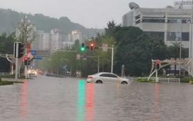 中國四川省達州城區,在積水中拋錨的車輛。(圖源:互聯網)