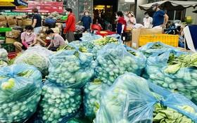 慈善廚房堆滿蔬菜。