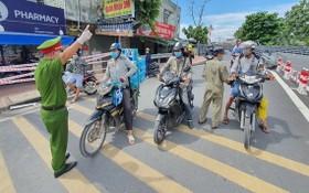 職能力量檢查街上來往民眾。(圖源:明和)