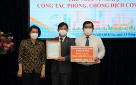 蘇氏碧珠主席(左)接收柬埔寨總領事捐贈物品。