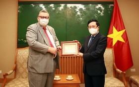政府副總理范平明(右)向任期屆滿前來辭行的芬蘭駐越南大使卡麗‧卡希洛托贈送紀念品。(圖源:VGP)