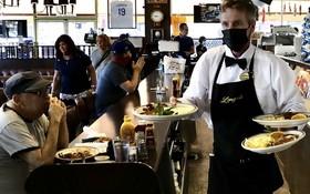 6月15日,民眾在美國洛杉磯一家餐廳用餐。(圖源:新華社)