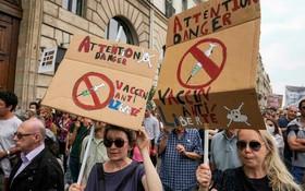法國17日再次爆發反疫苗示威,反對接種疫苗以及實施疫苗通行證。(圖源:AP)