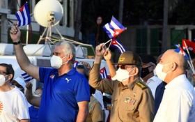 7月17日,古巴革命領袖勞爾·卡斯特羅(前右二)與古共中央第一書記、古巴國家主席迪亞斯-卡內爾(前右三)參加在哈瓦那舉行的愛國集會。 (圖源:新華社)