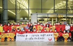 越南體育代表團在機場登機前合影留念。(圖源:越通社)