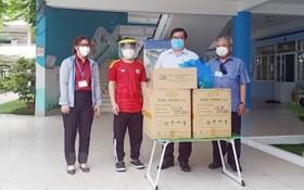 市越南祖國陣線委員會主席蘇氏碧珠(右四)向各捐助單位頒授感謝狀。(圖源:市越南祖國陣線委員會)