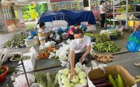 組委會在為線上顧客準備貨品送上門。