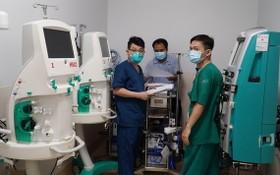 新冠肺炎重症監護醫院醫生在準備必要醫療設備。(圖源:大水鑊醫院)