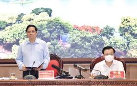 政府總理范明政(左)會上發言。(圖源:VGP)
