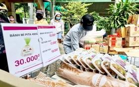在越南Aeon有限責任公司組織的臨時售貨點選購生活必需品。