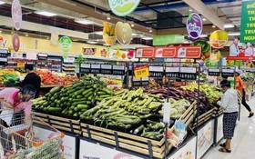 市民在超市選購食品。(圖源:黃雪)