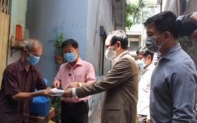 萬盛發集團代表張豐裕先生(左三)在疫情爆發期間關愛堤岸華人貧困同胞。