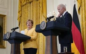 7月15日,美國總統拜登(右)與到訪的德國總理默克爾在華盛頓白宮出席新聞發佈會。(圖源:新華社)