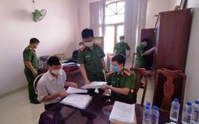 警方對犯罪嫌疑人阮文望的辦公室進行搜查犯罪證據。(圖源:警方提供)
