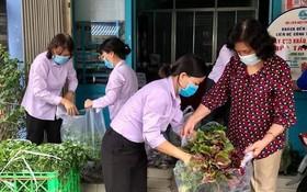 婦女會會員在為隔離區居民準備食品以送上門。