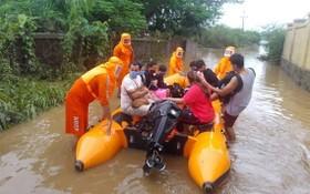 印度雨季釀水患與土石流,已造成上百人不幸死亡。圖為救難人員出動橡皮艇協助受困民眾撤離。(圖源:AP)